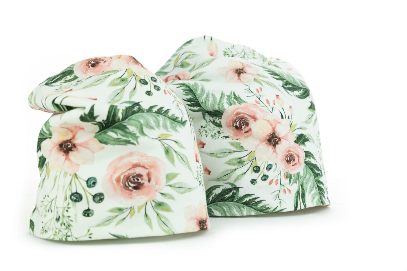 Čepice s růžovými květy