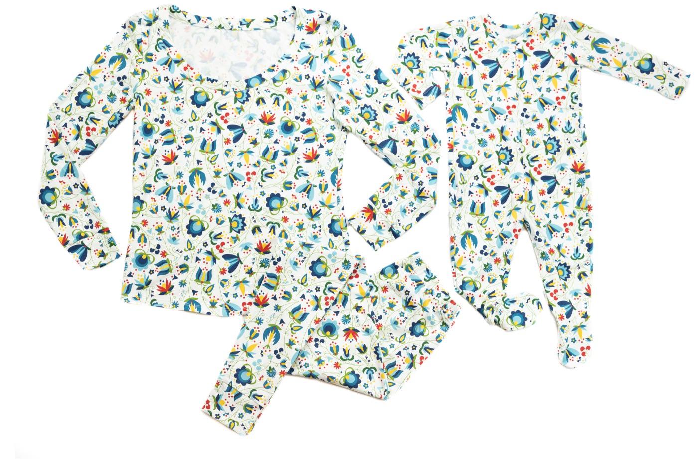 Pyžamo Lidové květy na bílém podkladu